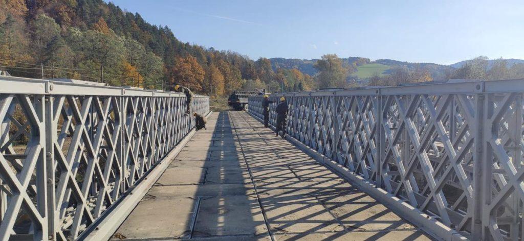 Budowa tymczasowego mostu na rzece Kamienica Nawojowska w Nowym Sączu