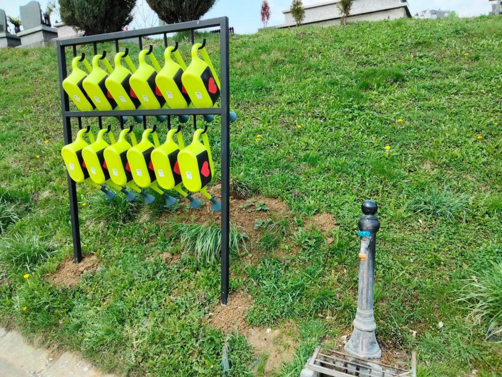 5 litrowe konewki na sądeckich cmentarzach komunalnych